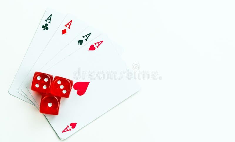 Carte rosse di gioco della mazza dei dadi fotografie stock libere da diritti