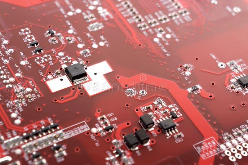 Carte rouge avec les composants électroniques carte ?lectronique photographie stock libre de droits