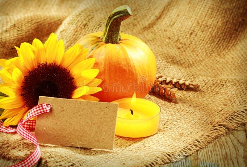Carte rustique de thanksgiving avec des tons oranges chauds photos libres de droits