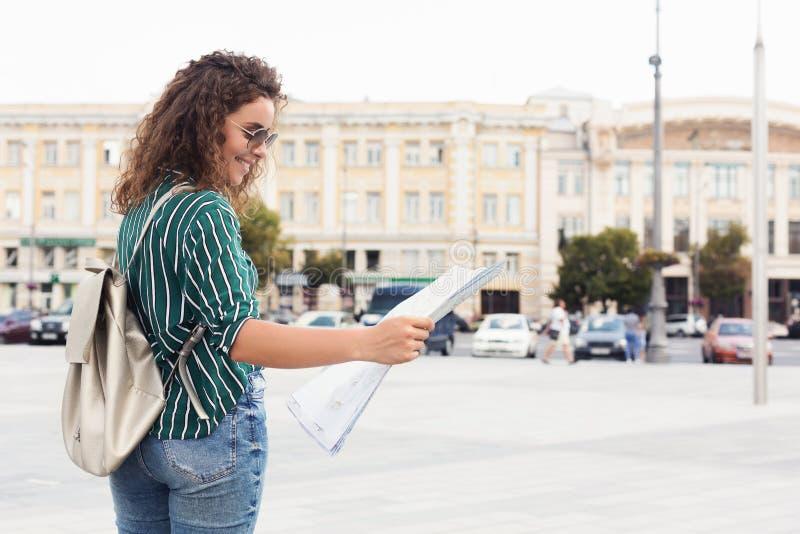 Carte se tenante de touristes femelle tout en explorant la ville photographie stock
