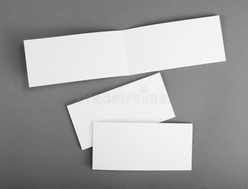 Carte vide blanche sur le gris pour remplacer votre conception photo stock