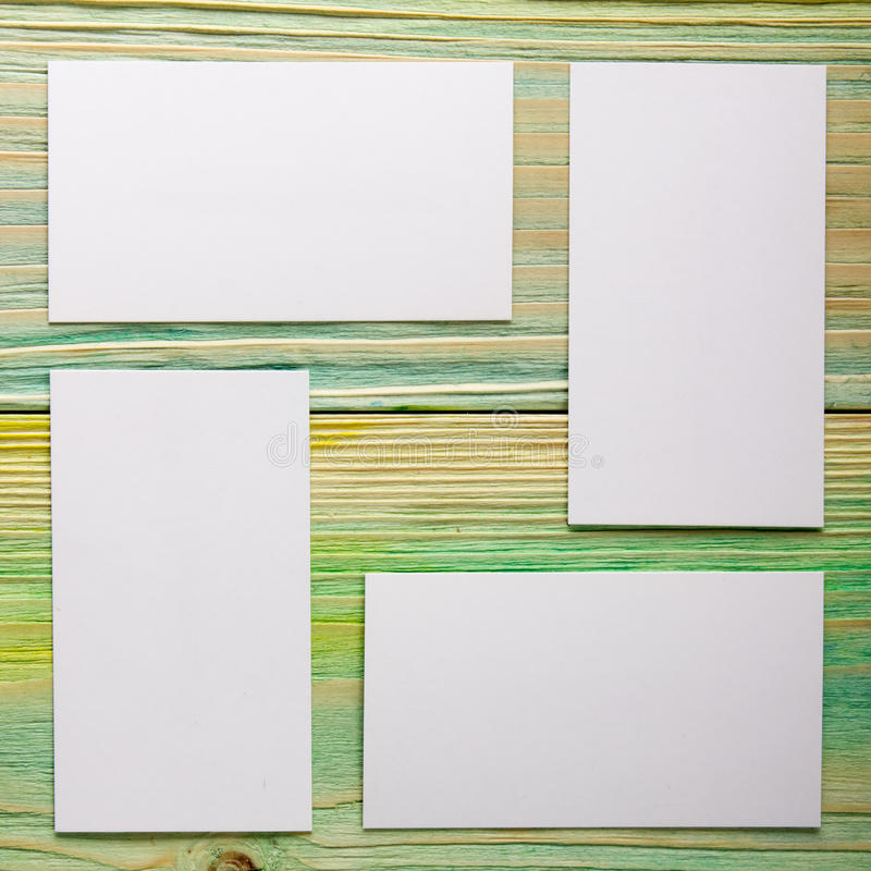 Carte vierge blanche de visite d'affaires, cadeau, billet, passage, présent étroit sur le fond bleu brouillé Copiez l'espace image stock
