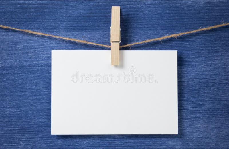 Carte vierge blanche sur la corde photos libres de droits