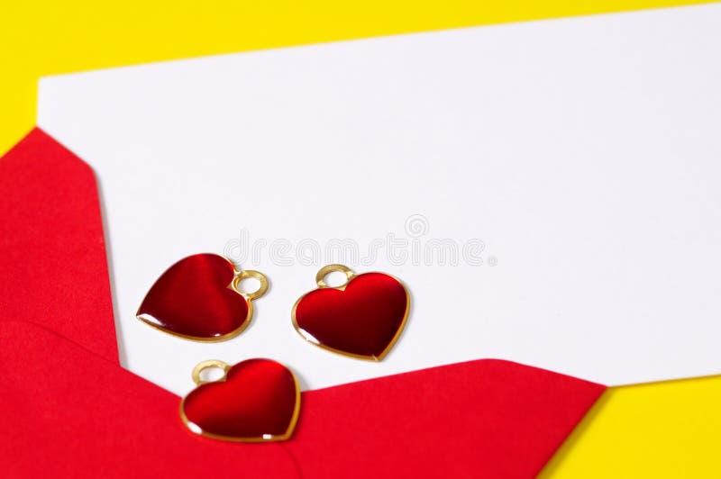 Carte vierge de coeurs rouges images stock
