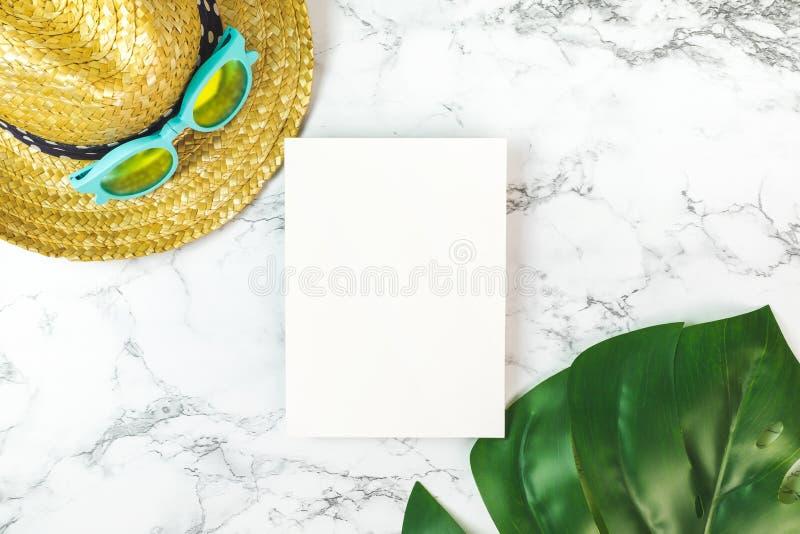 Carte vierge de livre blanc sur la vue supérieure de marbre de table avec le beac d'été photographie stock