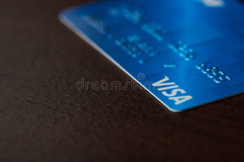 Carte visa bleue sur le fond en bois photographie stock