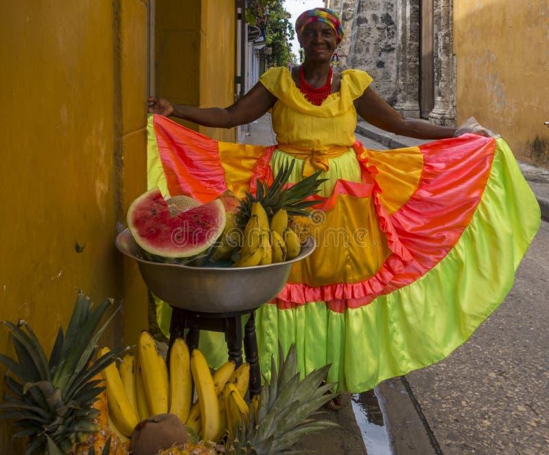 Cartegena, Colombie - 15 décembre 2015 - Une femme présente fièrement sa robe colorée photographie stock libre de droits