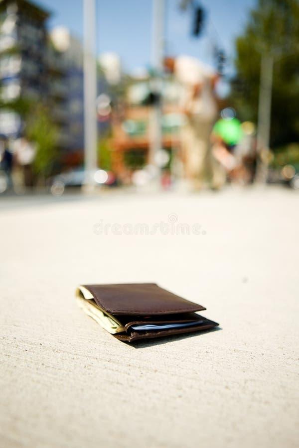 Carteira: Carteira no passeio quando o homem nas comprovações de antecedentes Pocket fotografia de stock royalty free