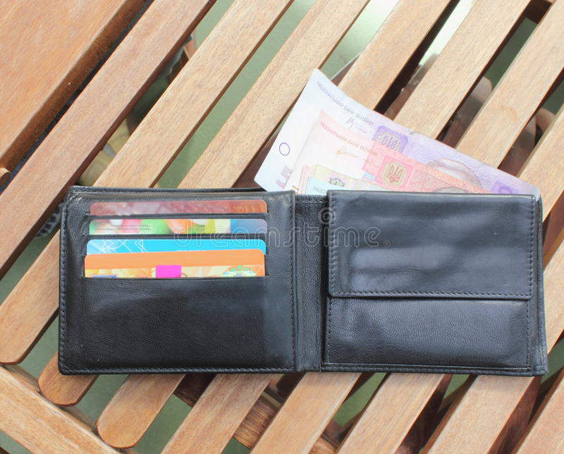 Carteira com os cartões do dinheiro e de crédito imagens de stock royalty free