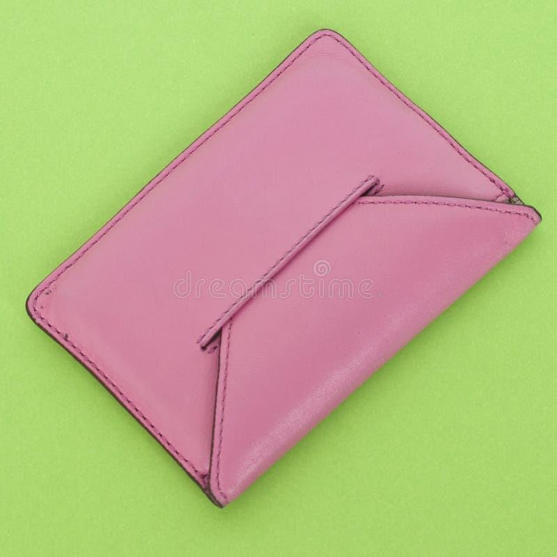 Carteira cor-de-rosa no verde vibrante fotografia de stock royalty free