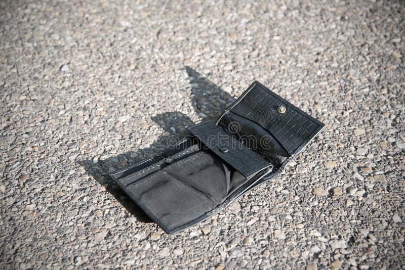 Carteira de couro perdida no asfalto fotos de stock