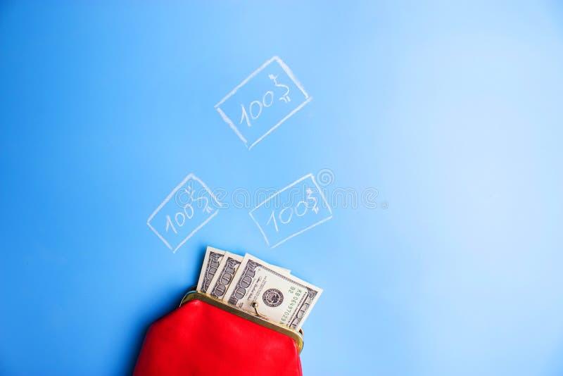 carteira de couro vermelha com dinheiro imagem de stock