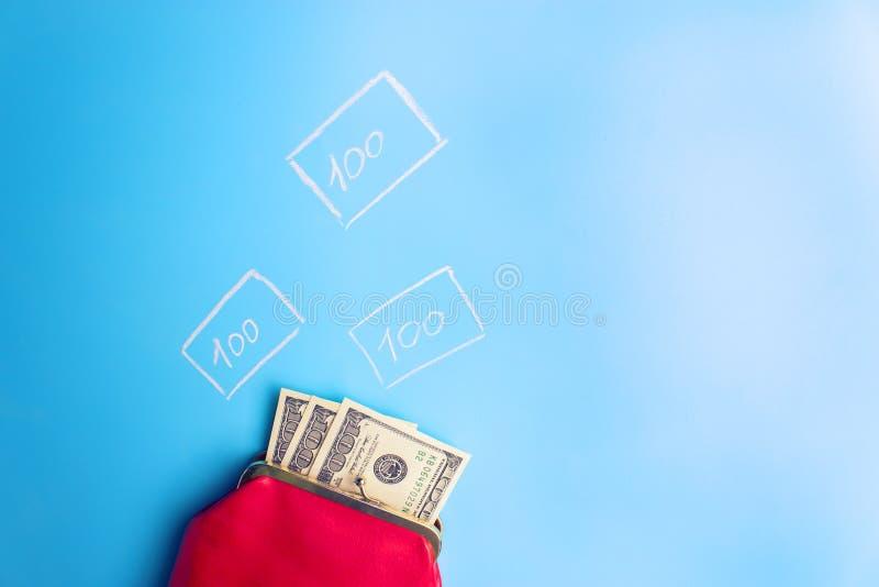 carteira de couro vermelha com dinheiro fotos de stock