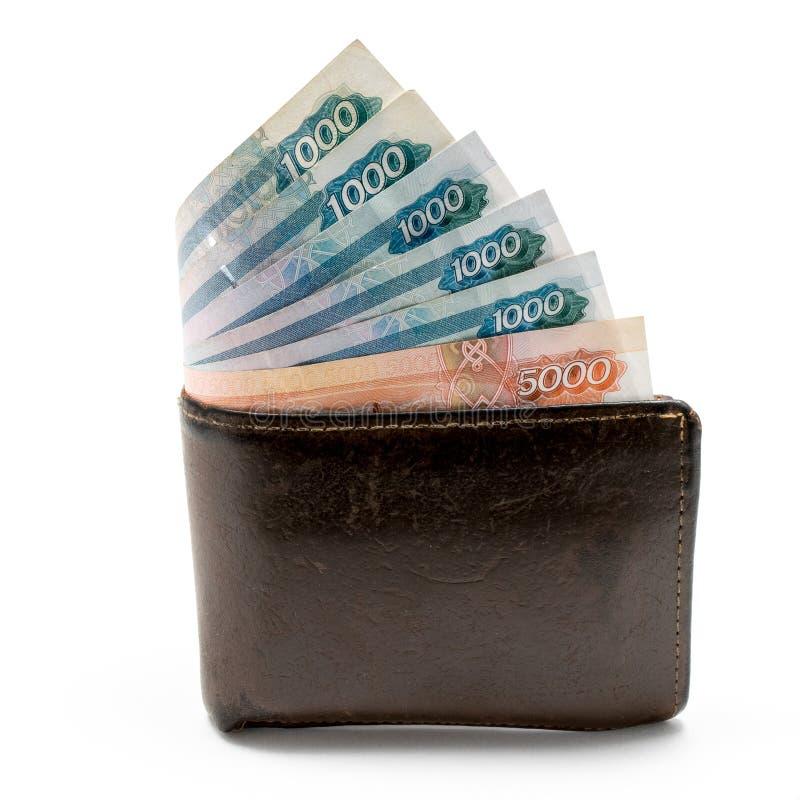 Carteira marrom de couro velha com um e cinco mil rublos de cédulas isoladas no fundo branco imagens de stock