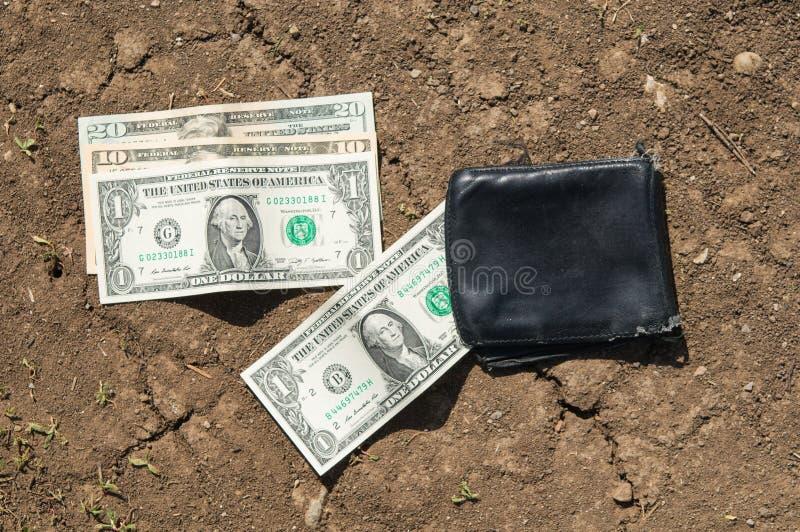 Carteira perdida com dinheiro imagem de stock
