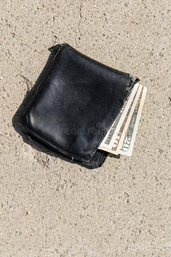 Carteira perdida com dinheiro fotos de stock