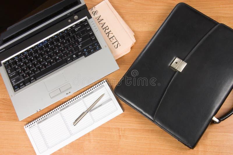 Carteira preta e o computador imagem de stock