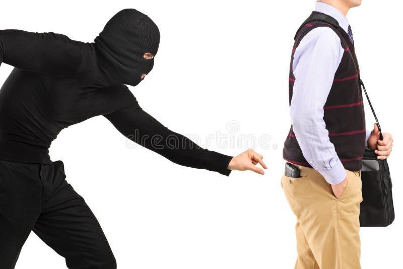 Carteirista que tenta roubar uma carteira fotografia de stock royalty free