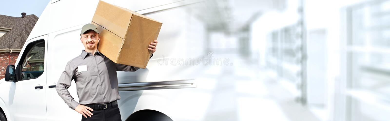 Carteiro da entrega com uma caixa imagens de stock royalty free
