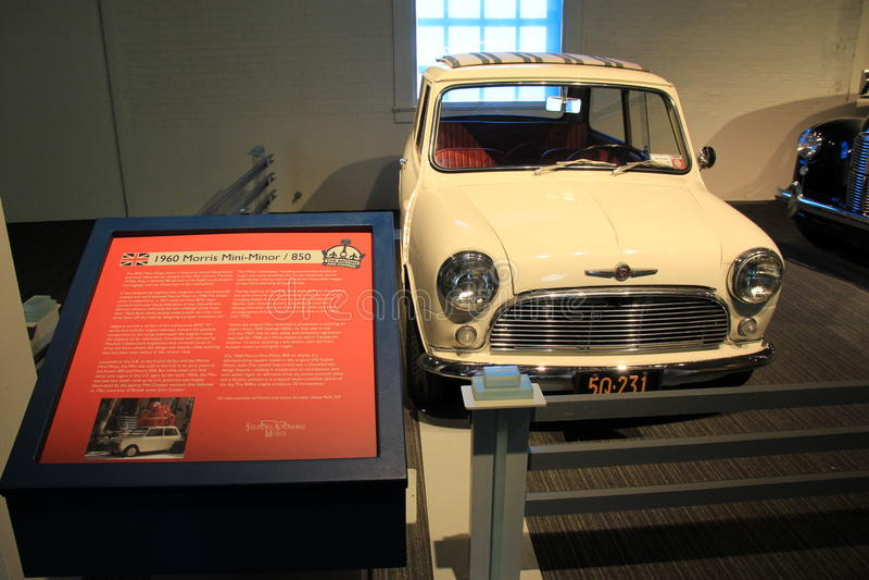 Cartel con la historia de Morris Mini-Minor 1960 /850 en la exhibición, museo del automóvil de Saratoga, Nueva York, 2015 fotografía de archivo libre de regalías