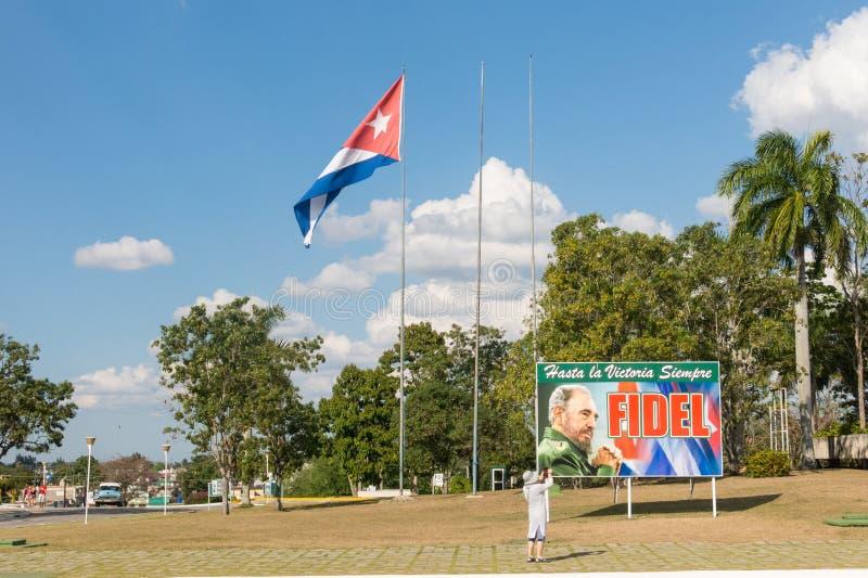 Cartel con la imagen de la bandera de Fidel Castro y del cubano en Santa Clara, imágenes de archivo libres de regalías