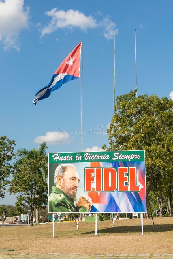 Cartel con la imagen de la bandera de Fidel Castro y del cubano en Santa Clara, fotografía de archivo libre de regalías