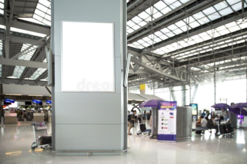 Cartel de Digital Media Blank en el aeropuerto y desenfoque de fondo , cartel para el diseño de publicidad de productos fotografía de archivo libre de regalías