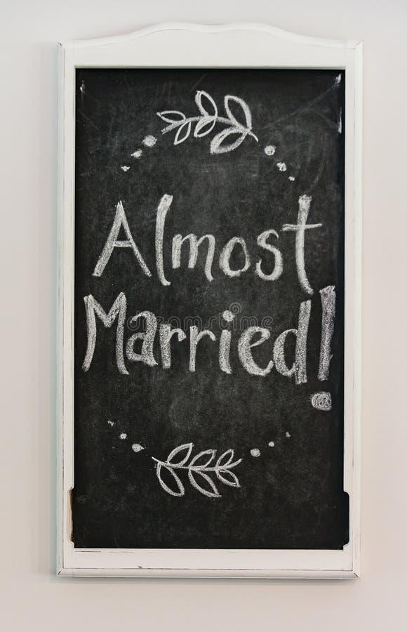 Cartel de la boda de Chalkboard diciendo 'Casi casado' imagen de archivo