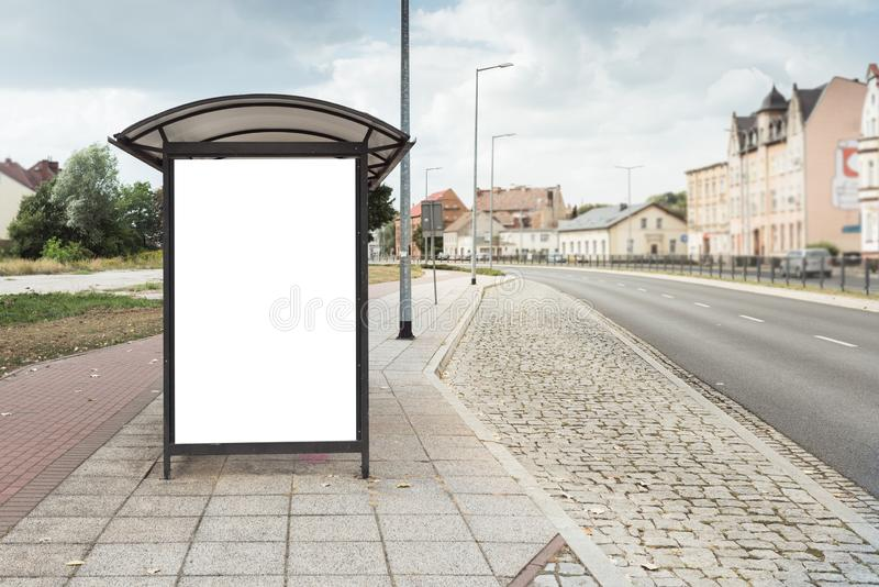 Cartel de la cartelera en la parada de autobús en la ciudad grande fotos de archivo