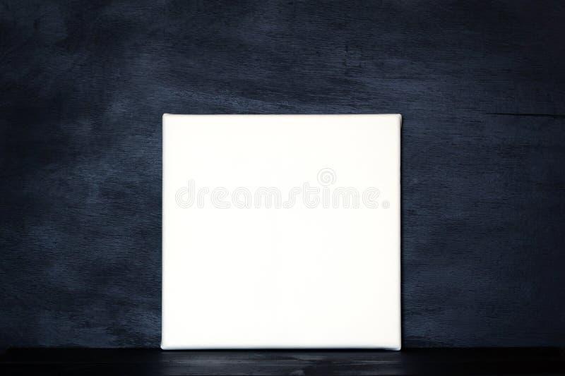 Cartel de la maqueta en sitio oscuro fotos de archivo