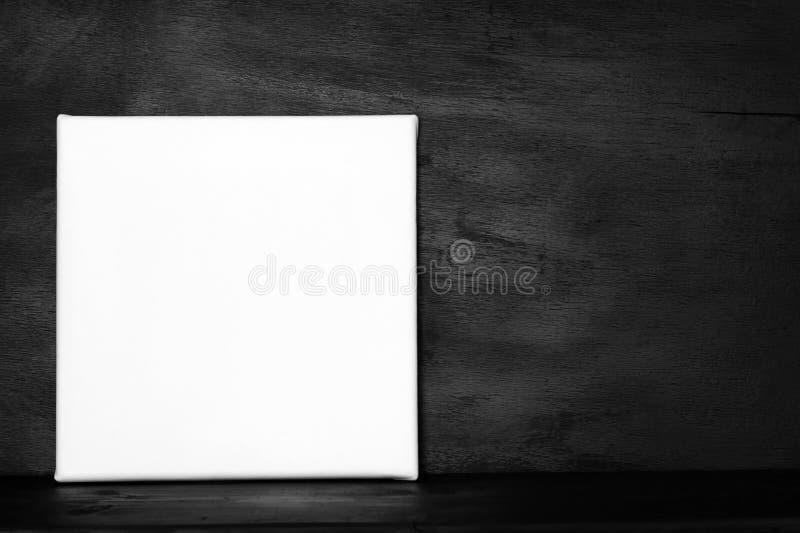 Cartel de la maqueta en sitio oscuro fotografía de archivo libre de regalías