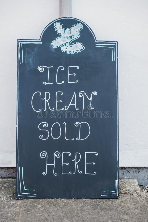 Cartel de pizarra negra `helado vendido aquí' fotos de archivo