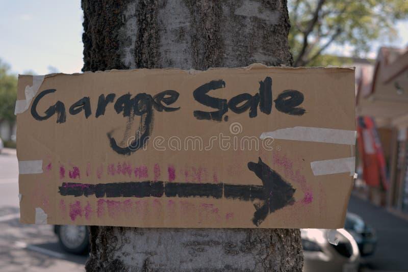 Cartel de venta de garaje hecho a mano grabado en árbol fotos de archivo