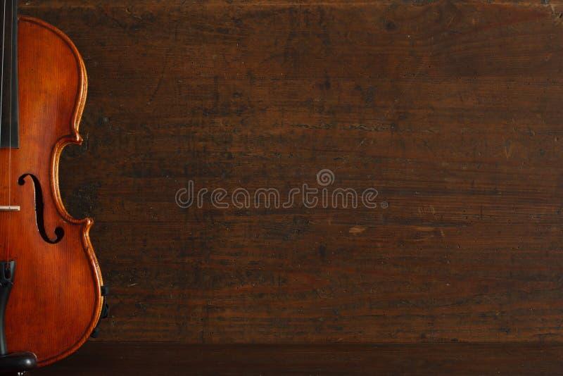 Cartel del concierto de la música clásica con el violín marrón del color en fondo de madera antiguo con el espacio de la copia fotos de archivo