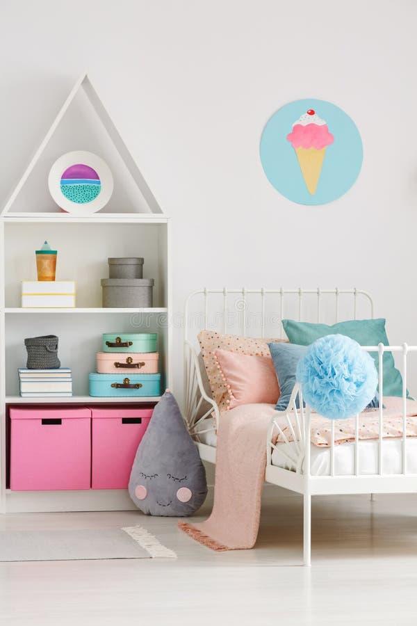 Cartel del helado en la pared blanca sobre cama en bedro del ` s del niño del scandi imagen de archivo