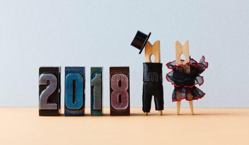 cartel del partido del Año Nuevo 2018 Prepare el sombrero negro del traje, vestido rojo negro de la novia Caracteres de las pinza imágenes de archivo libres de regalías