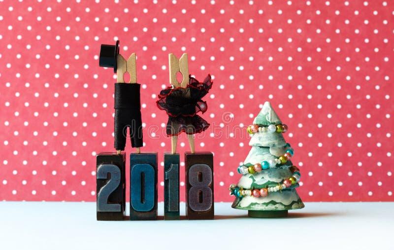 Cartel del partido de Navidad de la Feliz Año Nuevo 2018 Sirva el sombrero negro del traje, vestido rojo negro de la muchacha en  fotografía de archivo libre de regalías