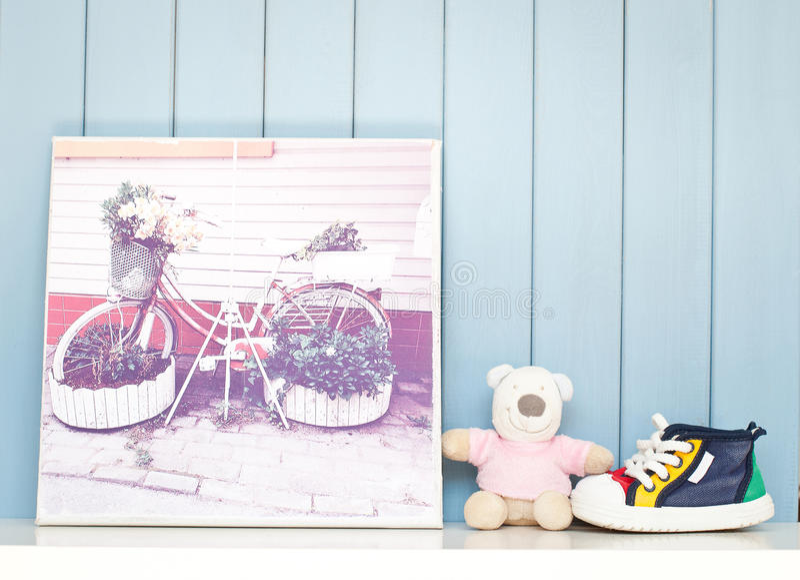 Cartel del vintage y zapatos de bebé inspiradores fotos de archivo libres de regalías