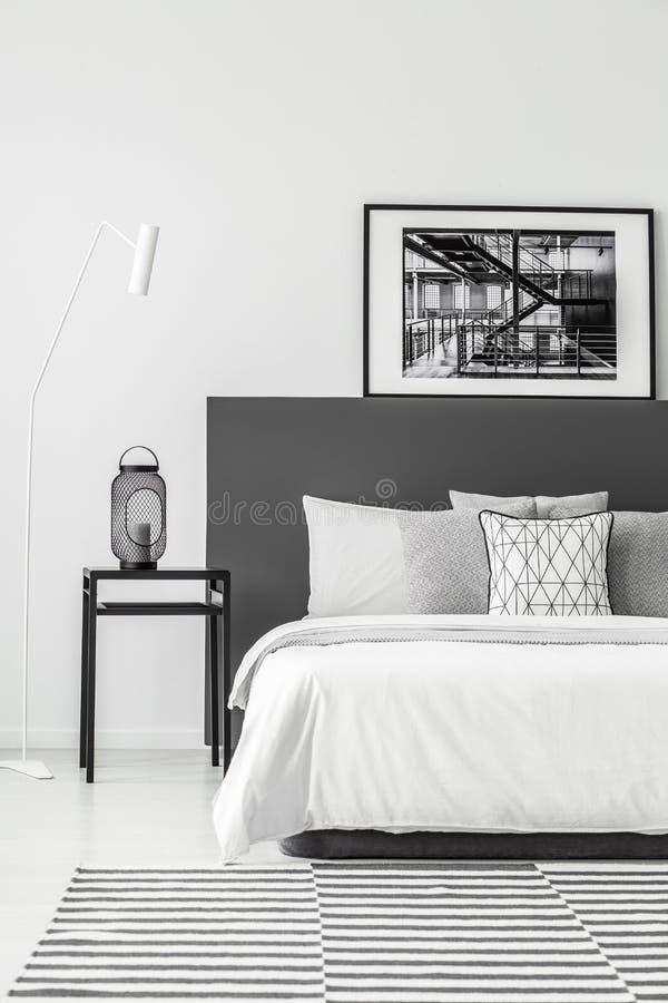 Cartel en interior mínimo del dormitorio imágenes de archivo libres de regalías