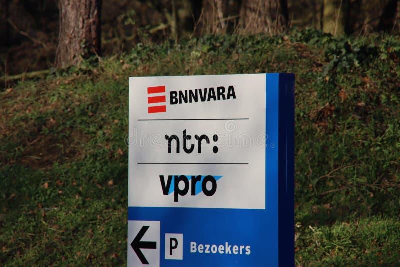Cartel a la entrada de las organizaciones de difusión BNVARA, NTR, VPRO en el parque de medios de Hilversum, Países Bajos fotos de archivo libres de regalías
