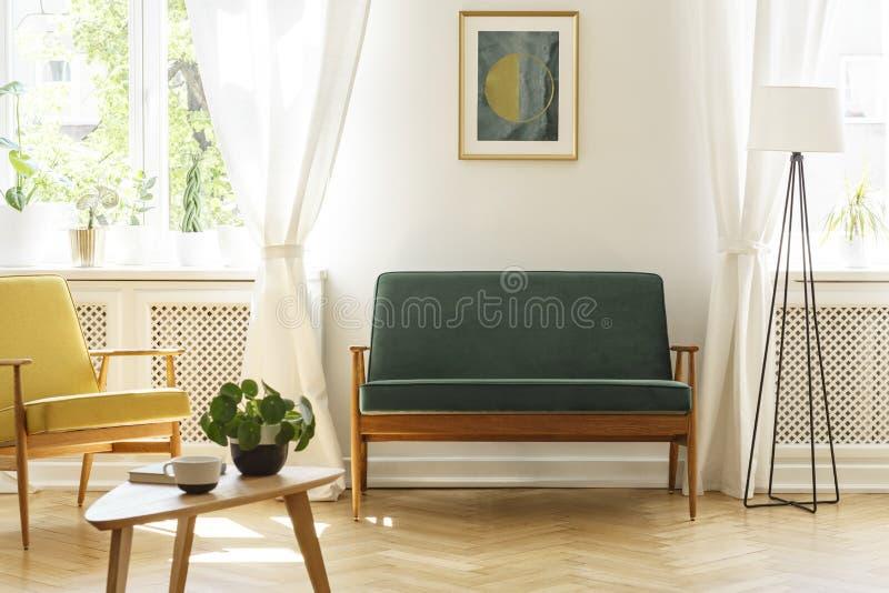 Cartel sobre banco verde entre la lámpara y la butaca amarilla en vin fotografía de archivo libre de regalías