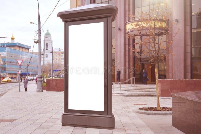 Cartel vertical en blanco, formato de ciudad publicitaria en la calle Moscú, burla de un afiche fotos de archivo libres de regalías