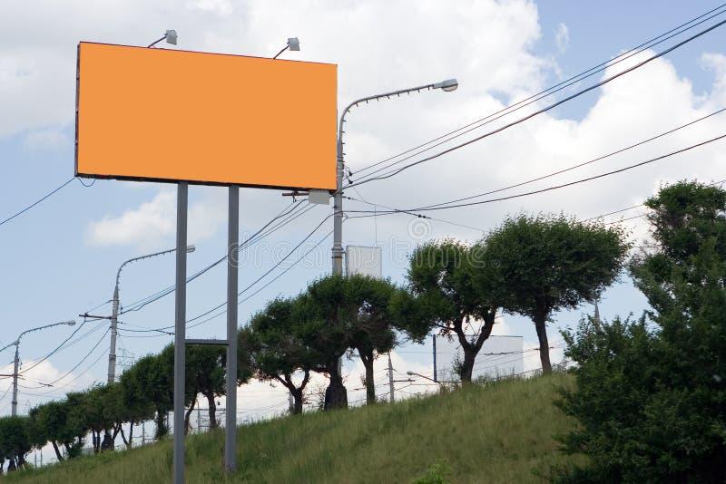 Cartelera anaranjada en la calle foto de archivo libre de regalías