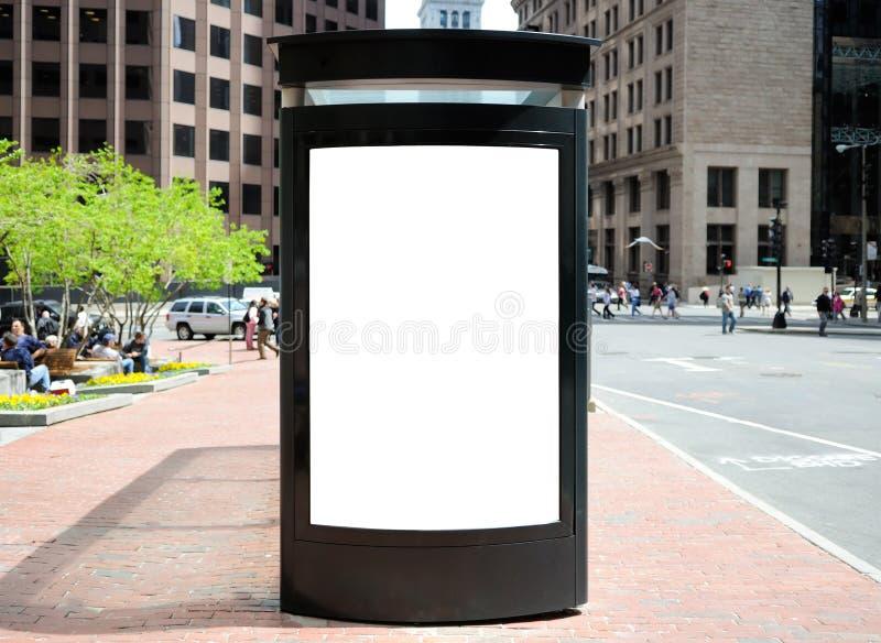 Cartelera de la parada de omnibus en la ciudad imagenes de archivo