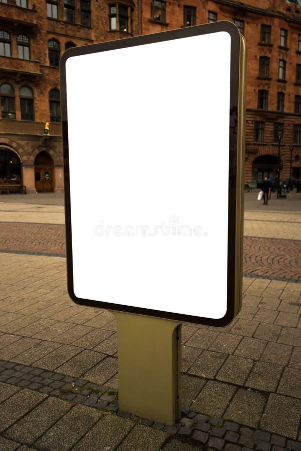 Cartelera de publicidad al aire libre en blanco de la maqueta como espacio de la copia fotografía de archivo