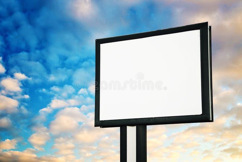 Cartelera de publicidad en blanco contra el cielo foto de archivo libre de regalías