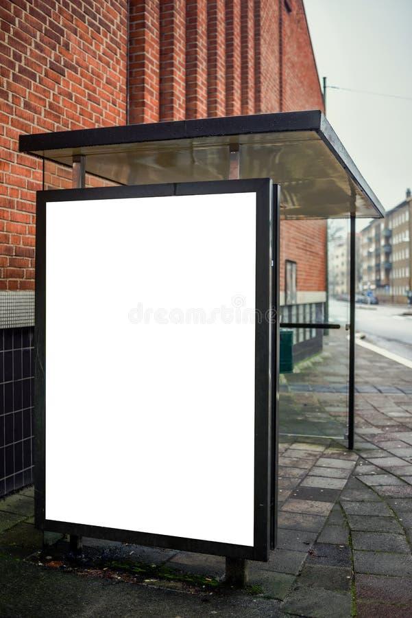 Cartelera de publicidad en blanco de la parada de autobús fotos de archivo