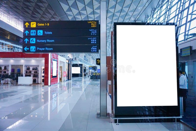 Cartelera de publicidad en blanco en el aeropuerto imagenes de archivo