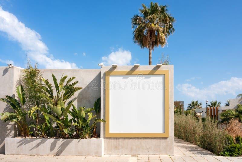Cartelera en blanco al aire libre Mofa para arriba Soporte publicitario vacío, tablero de la información pública foto de archivo libre de regalías