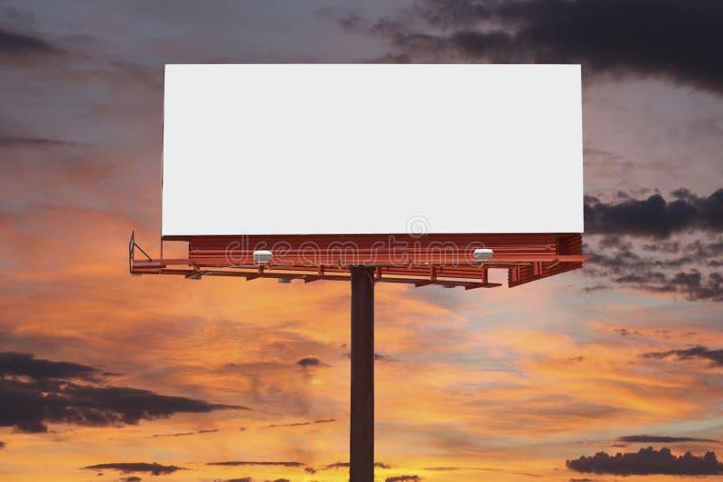 Cartelera en blanco con el cielo de la puesta del sol imágenes de archivo libres de regalías